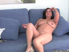 Mature mom with big tits gets finger fucked videos