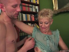 He goes down on her shaved mature pussy clip