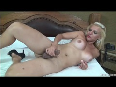 Shemale beats off her sexy boner lustily videos