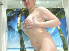 Curvy body and a nice bush gets washed in the tub videos