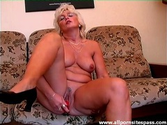 Red dildo does this mature pussy good videos
