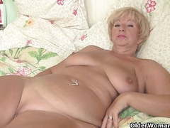 Chubby granny gets her old pussy fingered by photographer videos