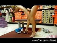 En jupe sans culotte dans un magasin movies