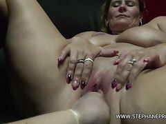 Une grosse salope belge se branle dans un sexshop videos