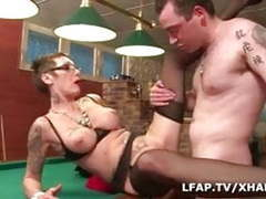 Mature tattooee se fait demonter sur le billard tubes