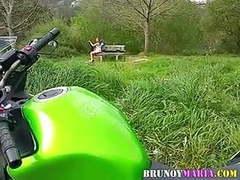 Brunoymaria maria pajeandose en el campo con chicos mirones videos