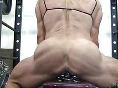 Muscle babe fucks a dildo in the gym tubes