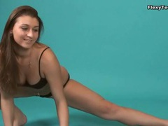 Curvy brunette chick can do full splits videos