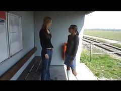 Zwei lesben lecken sich die spalten am bahnhof! videos