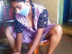 Tamil hot wife showing her big boobs while cleaning home movies at freekilomovies.com