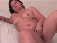 Fat mature girl masturbates solo in bedroom videos