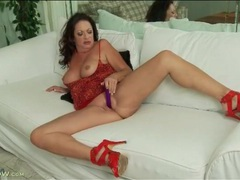 Curvy mature in red high heels toy fucks her cunt videos