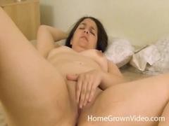 Curvy solo amateur masturbates her wet pussy movies at kilotop.com