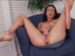 Fit and slender mom masturbates her hot cunt videos
