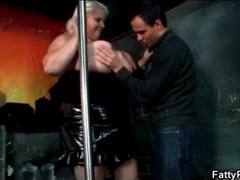 Fat babe on stage fools around with skinny guy videos