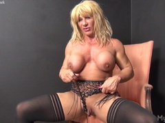 Wildkat plays with her big clit videos