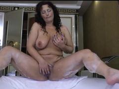 Curvy mature masturbates her cunt in the bathtub videos