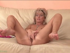 Naked milf spreads her legs and fingers her cunt videos