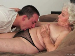 Hairy granny pussy licked by young guy tubes