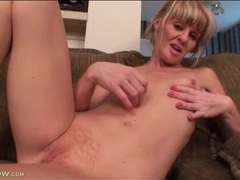 Skinny mature finger bangs box in close up videos