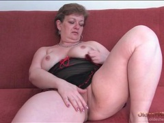 Curvy mature in black lingerie rubs her pussy videos