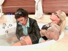 Wet women in hot tub like fingering cunt movies