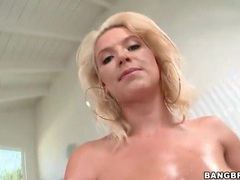 Anikka albrite oils up her curvy body videos