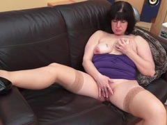 Curvy solo mommy rubs her throbbing clit videos