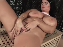 Curvy mature gets nude and fingers her box videos
