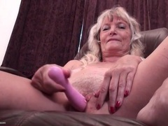 Granny sits on a desk and vibrates her clitoris videos