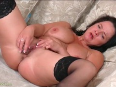 Curvaceous mature pounds her pussy with a toy movies