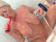Chubby babe toys her mature pussy in the bathtub videos