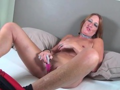 Her mature pussy loves the toy vibrations movies