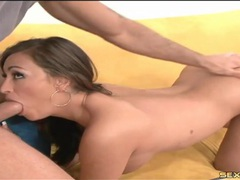 Munching cunt of a curvy hottie turns her on movies at sgirls.net