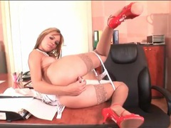 Secretary up on her desk vibrates her hot cunt tubes