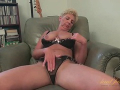 Saggy tits granny is naked to masturbate movies at freekiloporn.com