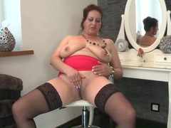 Chubby old broad masturbates her shaved cunt videos