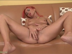 Pink haired milf masturbates her pretty pussy videos