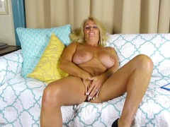 Tanned and curvy older babe has a gorgeous cunt videos
