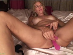 New toy fucks her mature ass and pussy at once movies