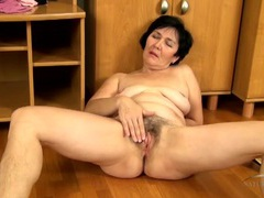 Mom with beautiful curves bares her hairy pussy movies