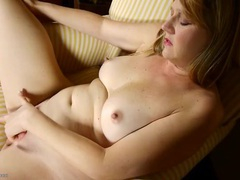 Cute mature blonde fingers and fondles solo movies at kilotop.com