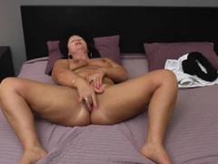 Chubby solo babe fingers her hot cunt in bed videos