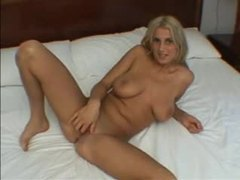 Curvy girl plays with the pussy in a hotel room videos
