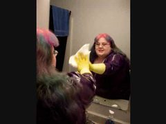 Bbw in latex and gloves cleans the bathroom tubes