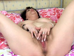 Chubby solo chick with a bush masturbates videos