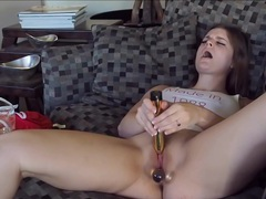 Vag toying babe massages her oiled feet and huge juggs in hd movies at kilosex.com