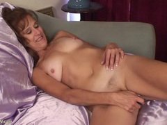 Naked mom on satin sheetsplays with her pussy videos