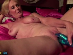 Sexy old lady shoves a vibrating toy in her pussy tubes