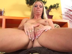 Naked milf has her legs spread to masturbate furiously videos